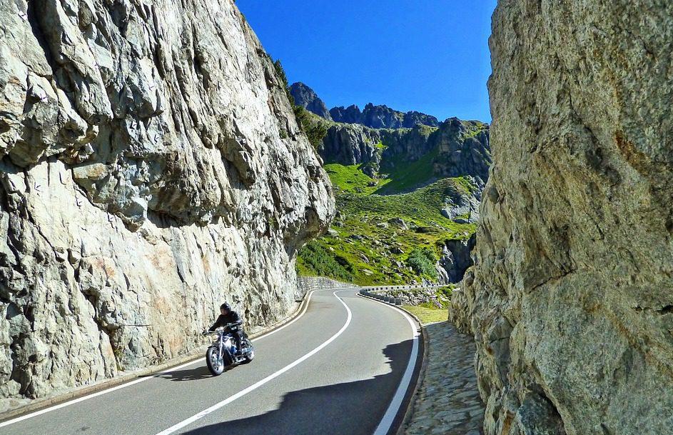 Moto en carretera suiza