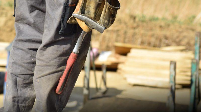 Trabajador de la construcción con herramientas
