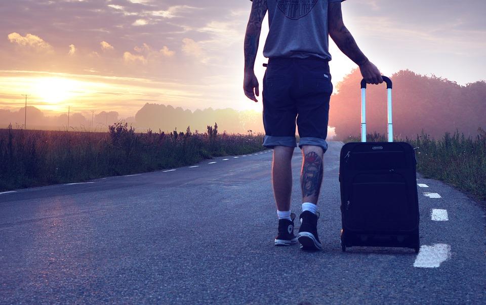 Chico con maleta
