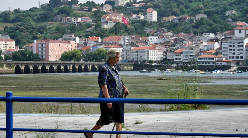 Señora andando en Pontedeume (Galicia)