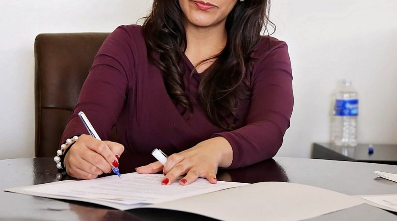 Mujer firma