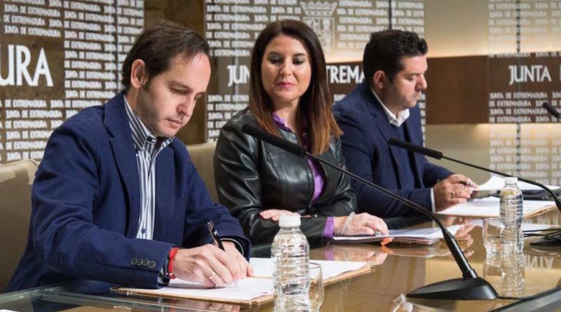 Firma del convenio entre Extremadura y Cruz Roja