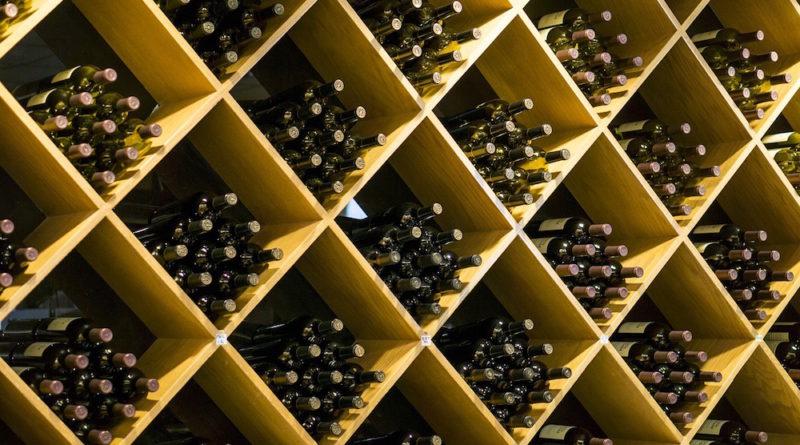 Bodega con botellas de vino