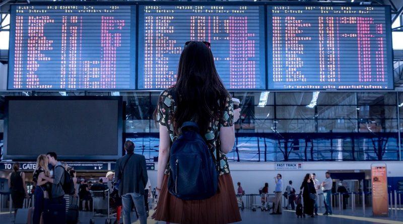 Tablón de vuelos en aeropuerto