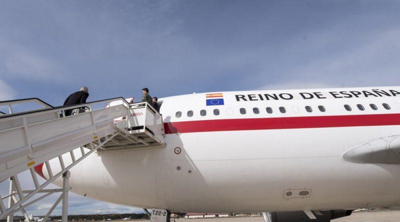 Alfonso Dastis sube al avión Reino de España